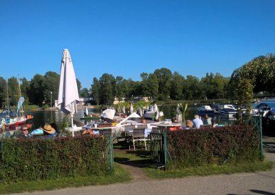 Restaurant Zum Schinakl - Gastgarten - Wiese bei Wasser
