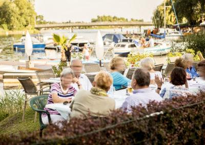 Restaurant Zum Schinakl - Gastgarten - Wiese am Wasser